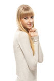 Mujer joven en suéter gris y vaqueros Imágenes de archivo libres de regalías