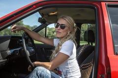 Mujer joven en su coche imagenes de archivo