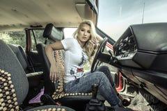 Mujer joven en su coche fotografía de archivo libre de regalías
