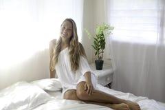 Mujer joven en su dormitorio Imagen de archivo libre de regalías