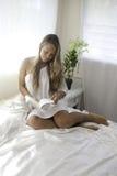 Mujer joven en su dormitorio Fotografía de archivo