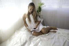 Mujer joven en su dormitorio Imagenes de archivo