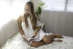 Mujer joven en su dormitorio Fotografía de archivo libre de regalías