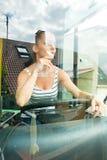 Mujer joven en su función como un conductor del autobús Imagen de archivo