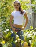 Mujer joven en su jardín fotografía de archivo