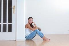 Mujer joven en su nuevo hogar fotografía de archivo