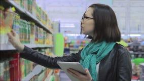 Mujer joven en supermercado metrajes