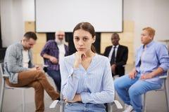 Mujer joven en terapia del grupo imagenes de archivo