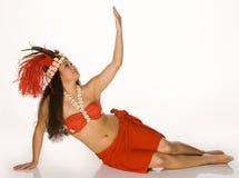 Mujer joven en tocado de la pluma de Tahitian Fotos de archivo