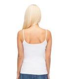 Mujer joven en top sin mangas blanco en blanco Fotos de archivo