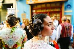 Mujer joven en trajes en centro de ciudad durante el festival nacional de Fallas Valencia, España, el 16 de marzo de 2018 Imagen de archivo libre de regalías