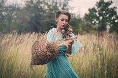 Mujer joven en trigo de oro Foto de archivo libre de regalías