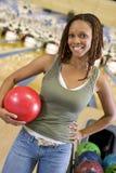 Mujer joven en un aliado del bowling Foto de archivo libre de regalías