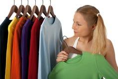 Mujer joven en un almacén de ropa Fotografía de archivo