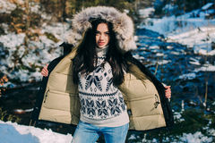 mujer joven en un alza en un bosque del invierno Imágenes de archivo libres de regalías