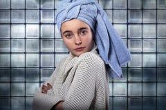 Mujer joven en un baño Imagen de archivo