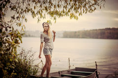 Mujer joven en un barco al aire libre, tiempo del otoño Imagen de archivo libre de regalías