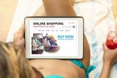 Mujer joven en un bikini que visita un sitio web en línea de las compras Imagen de archivo