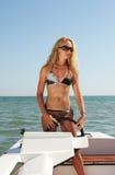 Mujer joven en un bote pequeño Fotografía de archivo
