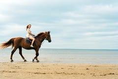 Mujer joven en un caballo Foto de archivo libre de regalías