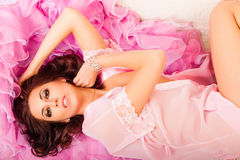 Mujer joven en un cabo rosado Fotos de archivo