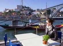 Mujer joven en un café Fotos de archivo libres de regalías