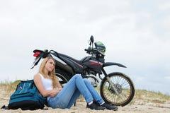 Mujer joven en un camino-viaje Fotos de archivo libres de regalías