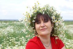 Mujer joven en un campo Imágenes de archivo libres de regalías
