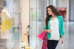 Mujer joven en un centro comercial Fotos de archivo libres de regalías