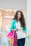 Mujer joven en un centro comercial Foto de archivo libre de regalías