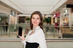 Mujer joven en un centro comercial en el fondo de las ventanas de la tienda Imagenes de archivo