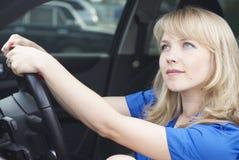 Mujer joven en un coche fotografía de archivo libre de regalías
