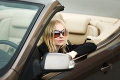 Mujer joven en un coche Imagen de archivo libre de regalías