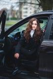 Mujer joven en un coche Foto de archivo