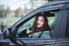 Mujer joven en un coche Fotografía de archivo