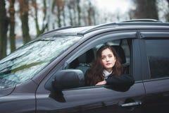 Mujer joven en un coche Imagenes de archivo