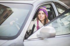 Mujer joven en un coche de alquiler Fotos de archivo libres de regalías