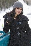 Mujer joven en un día de invierno nevoso Imagen de archivo libre de regalías