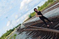 Mujer joven en un ferrocarril Foto de archivo