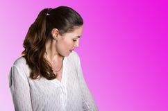 Mujer joven en un fondo rosado Fotos de archivo libres de regalías