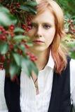 Mujer joven en un jardín floreciente Imagen de archivo