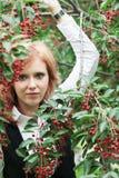 Mujer joven en un jardín floreciente Fotos de archivo