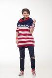 Mujer joven en un jersey rayado Fotografía de archivo
