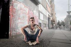 Mujer joven en un monopatín Fotografía de archivo