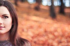 Mujer joven en un parque del otoño imágenes de archivo libres de regalías