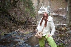 Mujer joven en un río de la montaña Fotos de archivo libres de regalías