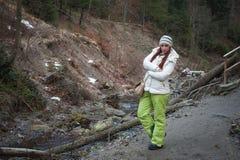 Mujer joven en un río de la montaña Imagen de archivo libre de regalías