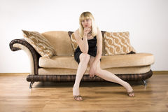 Mujer joven en un sofá fotos de archivo libres de regalías