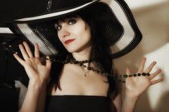 Mujer joven en un sombrero ancho-brimmed imágenes de archivo libres de regalías