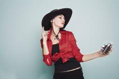 72b8071199a18 Mujer joven en un sombrero de vaquero con una cámara vieja imagenes de  archivo
